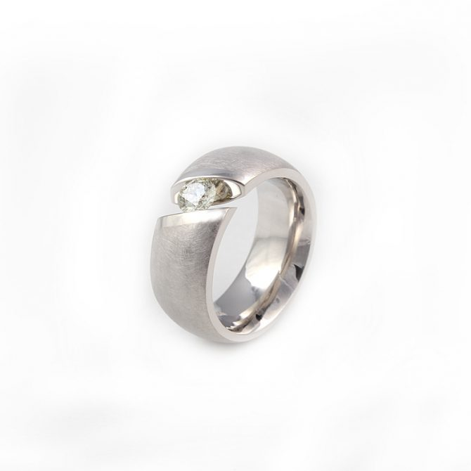 R03C White Gold Ring With 0 43ct Diamond