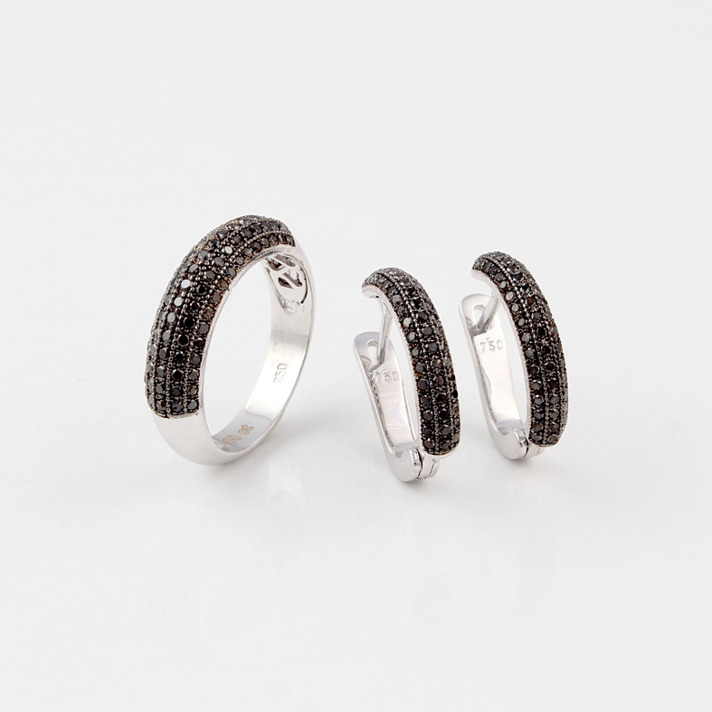 R25A White Gold Ring With 0 68ct Black Diamonds