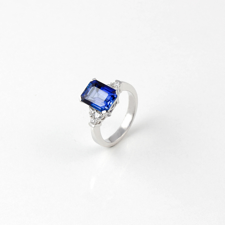 R033A White Gold Ring with Blue Saphire and Diamonds